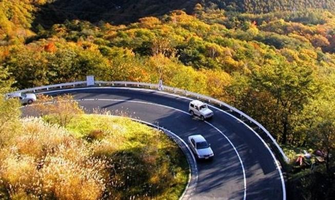 Đừng nên ôm vạch chia đường khi lái xe đường đèo