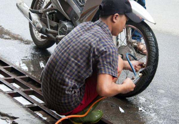 Lốp xe bị non hơi là một trong những nguyên nhân khiến xe rung lắc