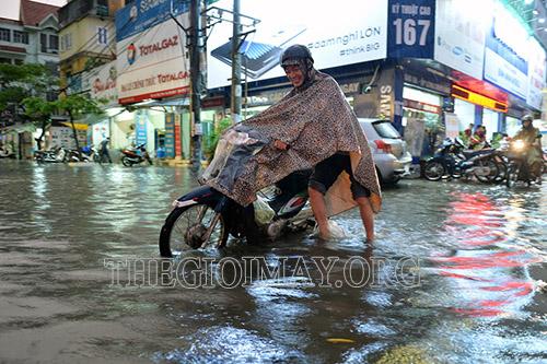 Dắt xe máy khỏi khu vực bị ngập nước