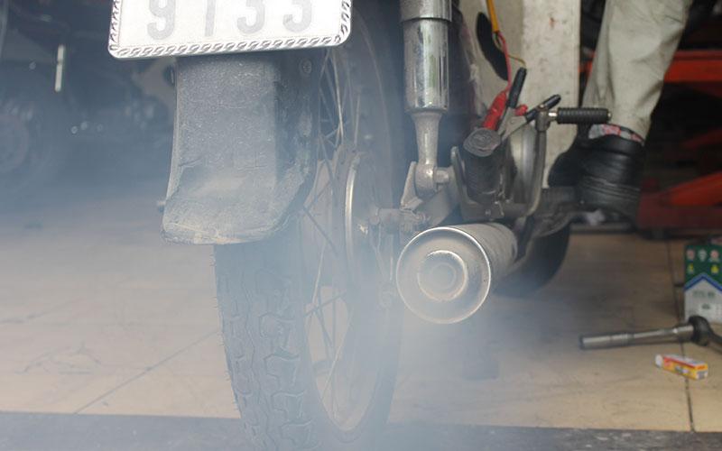 Khói trắng là một trong những hiểu hiện của xe máy bị hở bạc