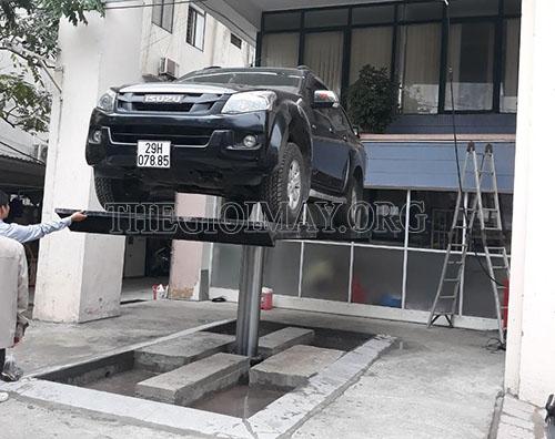 Cầu nâng được lắp đặt tại tiệm
