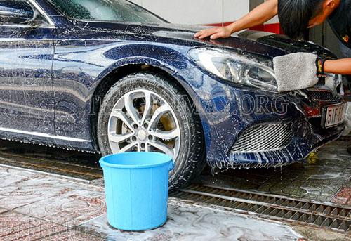 Rửa xe ô tô bằng gì để tốt cho xe?