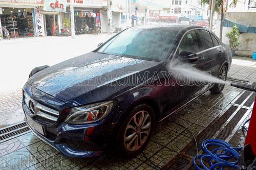 Xịt rửa xe ô tô sạch sẽ bằng máy rửa xe cao áp
