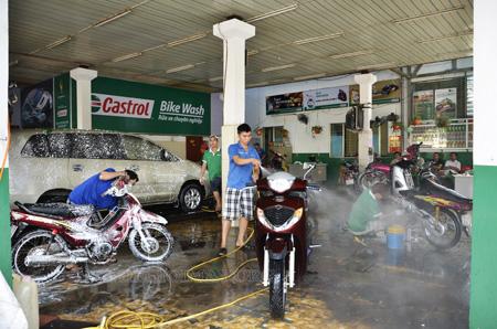 Tại các tiệm rửa xe thường sử dụng dây phun dài