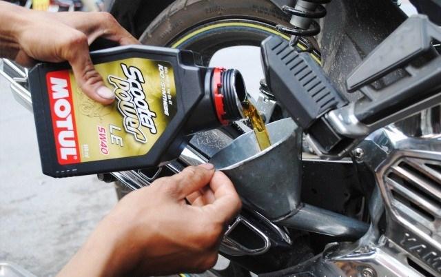 Thay dầu nhớt định kỳ cho xe để đảm bảo máy hoạt động tốt