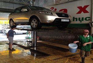 Cửa hàng rửa xe ô tô được trang bị cầu nâng 1 trụ