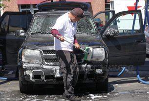 Nhân viên rửa xe chuyên nghiệp thu hút khách hàng