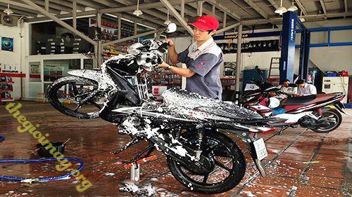 rửa xe bằng nước rửa xe chuyên dụng