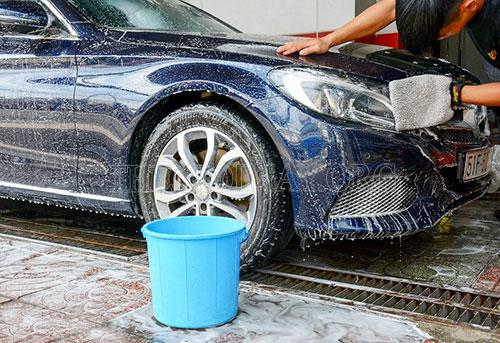 Dùng khăn mềm lau sạch thân xe và gầm xe