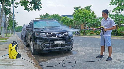 Phun nước làm mềm các vết bẩn bám trên xe