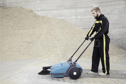 Sử dụng xe quét rác giúp công việc dọn dẹp trở lên nhanh gọn dễ dàng