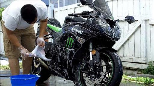 Thực hiện vệ sinh xe máy theo đúng quy trình