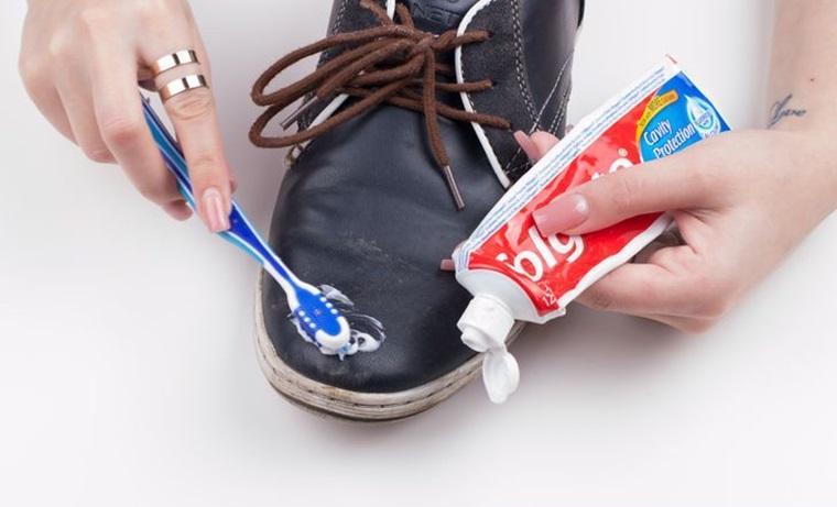 Khắc phục tình trạng da giày bị xước với kem đánh răng
