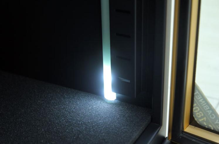 Đèn được thiết kế bên trong tủ