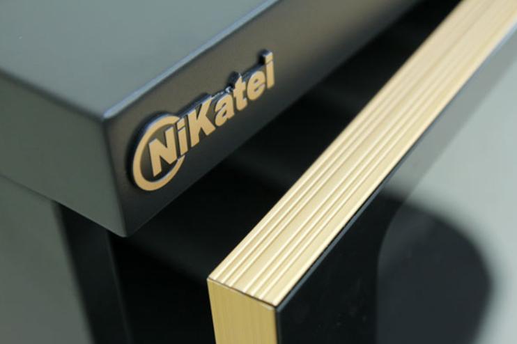 Viền nhôm mạ vàng xung quang sang trọng hơn các dòng tủ phiên bản cũ
