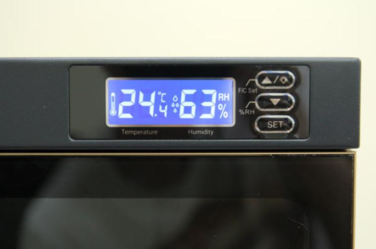 Trên tủ có màn hình LCD hiển thị nhiệt độ, độ ẩm bên trong tủ giúp người dùng dễ dàng quan sát hơn
