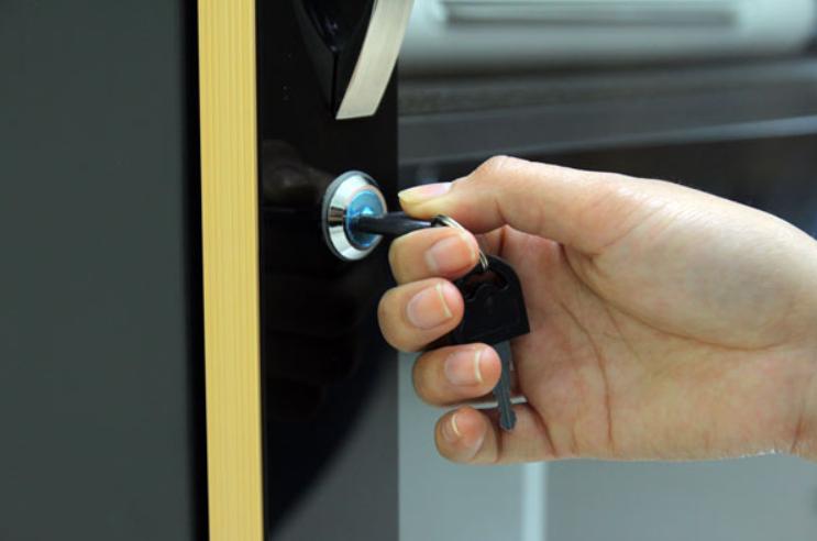 Tủ thiết kế có ổ khóa bảo vệ các vật dụng bên trong thật an toàn