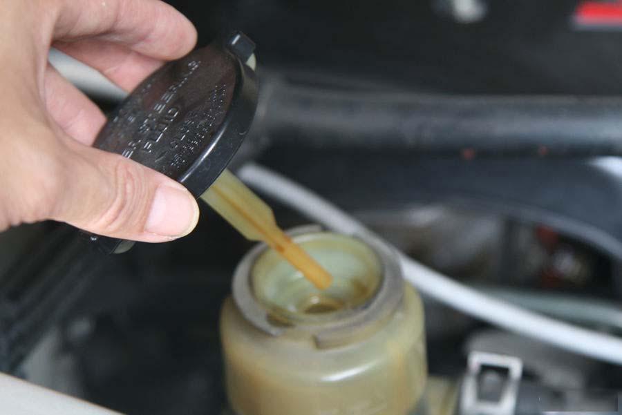 Kiểm tra mực dầu trợ lực lái và bổ sung