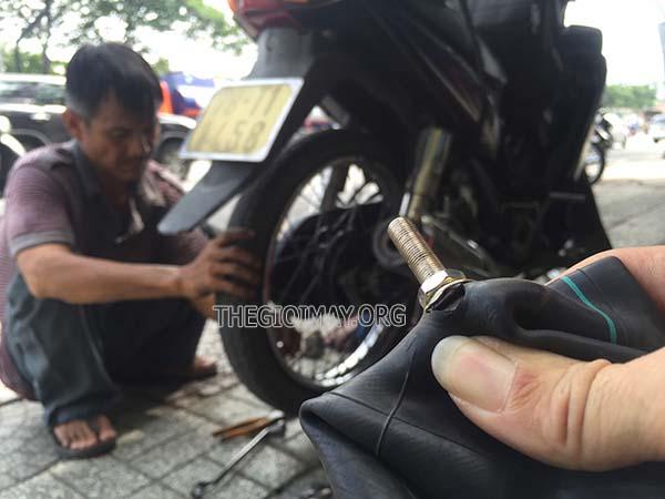 Thay săm xe máy hết bao nhiêu tiền?